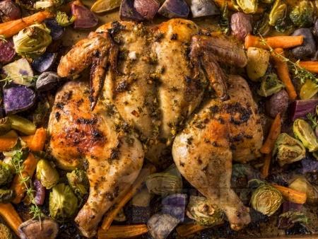 Цяло пиле с червени картофи, брюкселско зеле и моркови на фурна - снимка на рецептата